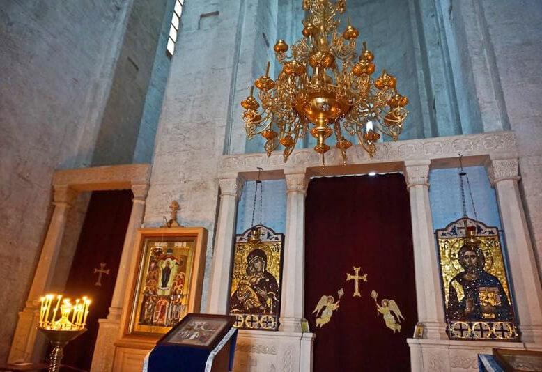 Одноярусный иконостас и светлые стены, устремленные ввысь. Богословие, заключенное в камень